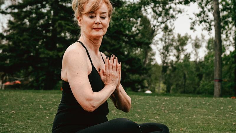 mujer-mayor-yoga-min