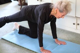 anciana practicando pilates