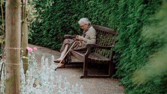 Señora mayor en una institución para dependientes