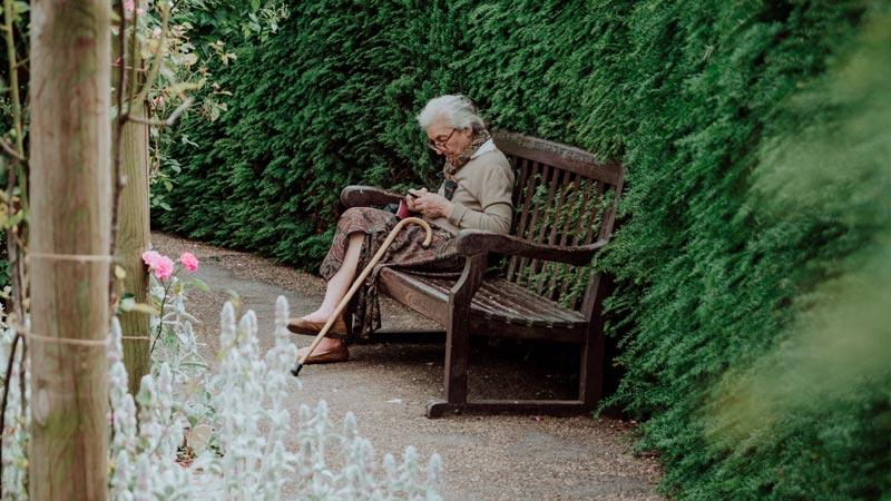 anciana-sentada-jardin-residencia
