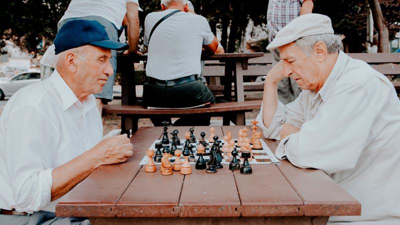 ancianos-jugando-ajedrez