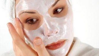 Aplicación de mascarilla para aclarar la piel|copos de avena|aplicacion-mascarilla|trozos de limon|yogur