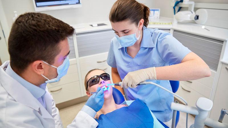 Auxiliar dental durante una intervención