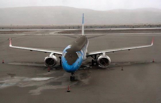 Avión cubierto de ceniza volcánica