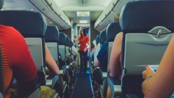 azafata-pasillo-avion-min