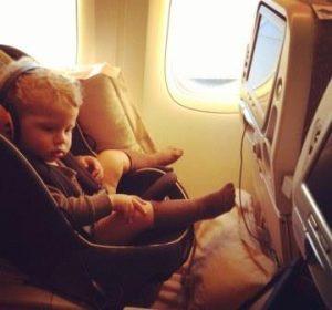 bebe viajando en avion