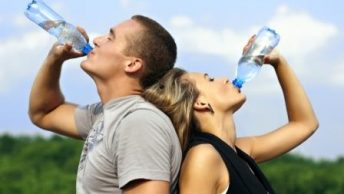 beber agua|bebiendo agua|agua vaso jarra