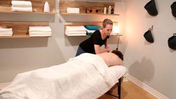 Profesional hace un masaje en la espalda