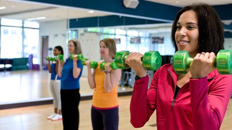 chicas-en-el-gimnasio-levantando-mancuernas|crear-musculo-con-pesos-pesados