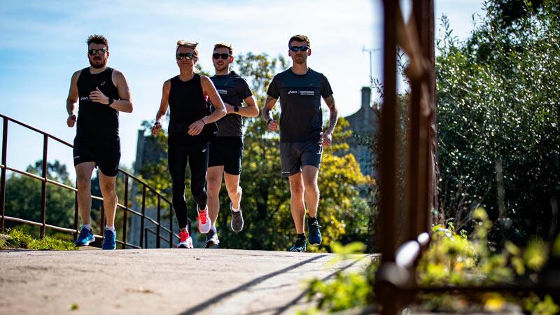 Cuatro chicos corriendo