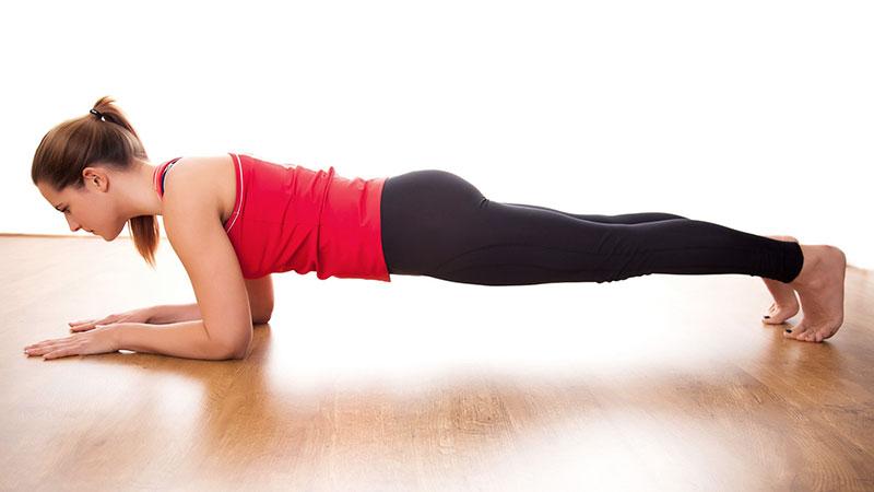Cómo hacer la plancha en Pilates apoyando los codos