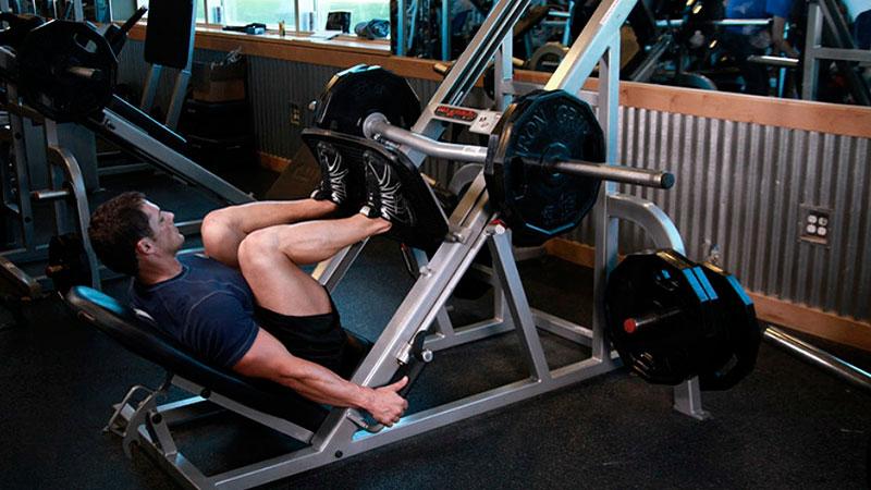 Hombre realiza un press de piernas