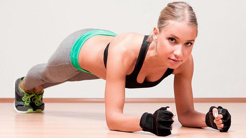 Mujer realiza ejercicios de contracción muscular