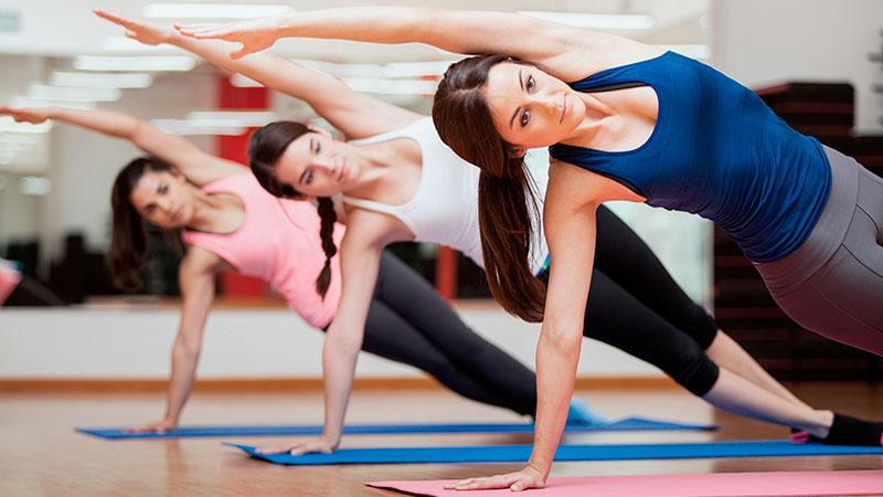 Chicas haciendo ejercicios de flexibilidad en Pilates