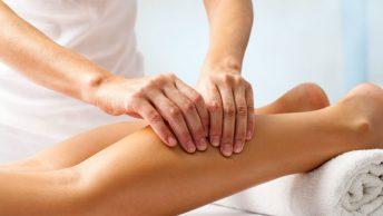 Profesional realiza un drenaje linfático en las piernas