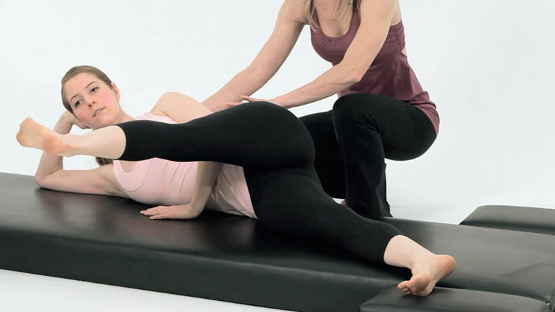 ejercicio-patada-lateral-en-pilates-side-kick