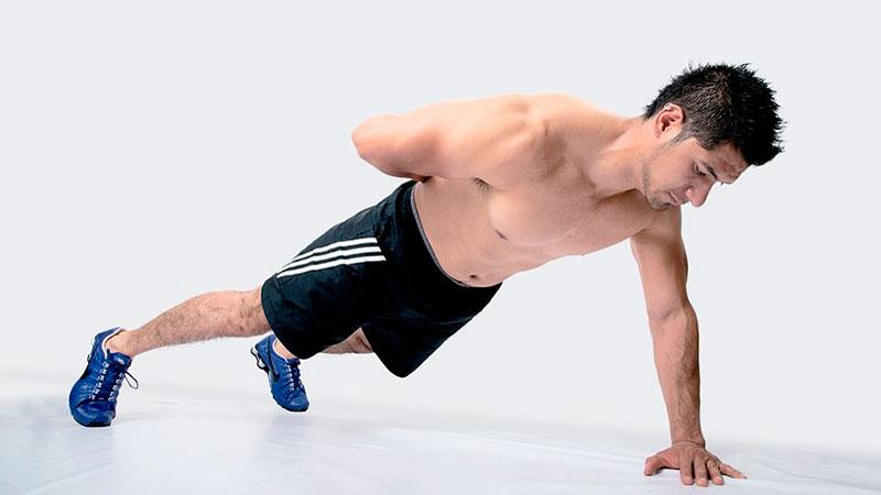 Hombre realiza ejercicios isométricos para fortalecer el tren superior
