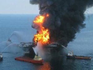 Explosión de plataforma petrolera afecta a la vida marina
