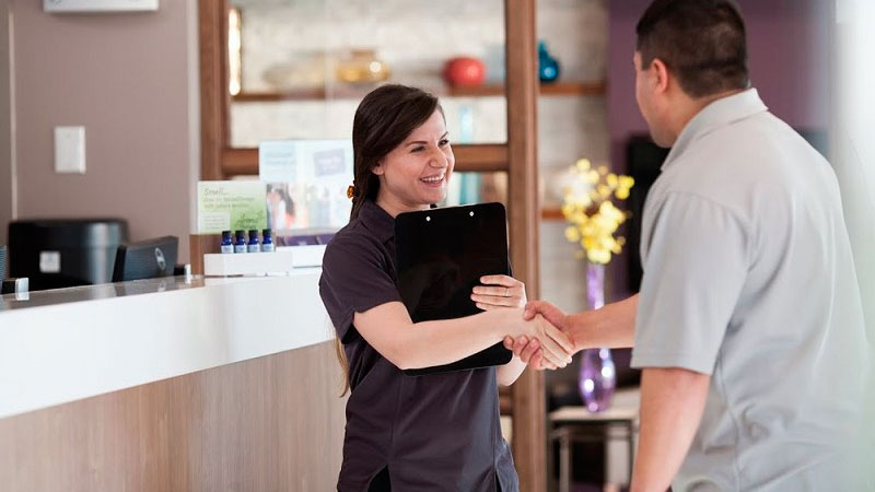fidelizacion-de-clientes-para-masajistas|cliente-de-masajista-satisfecha|tarjeta-regalo-para-masaje|masajista-en-la-recepcion-con-cliente|cabina-de-masaje