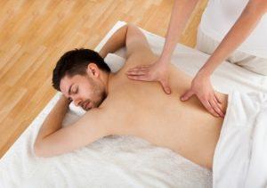 hombre recibiendo masaje