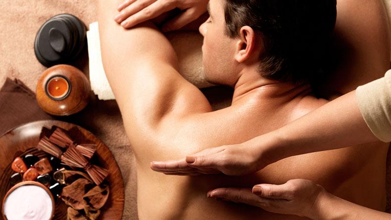 Hombre recibiendo masaje profesional en un spa
