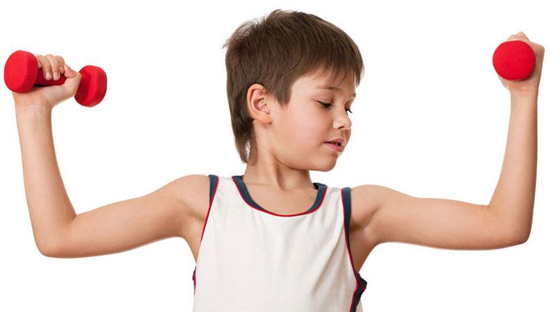 Niño haciendo pesas