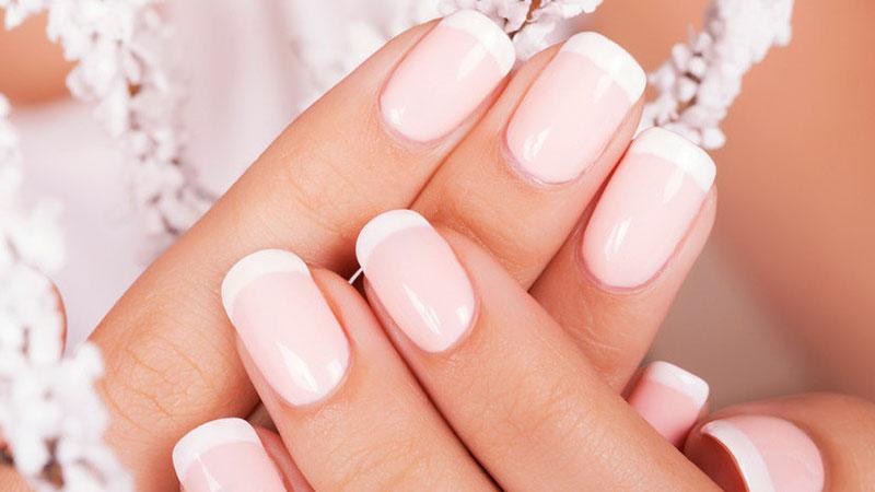 manicura con uñas de gel