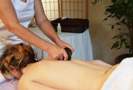 masaje con piedras calientes masajista piedras calientes piedras calientes masaje-piedras-calientes