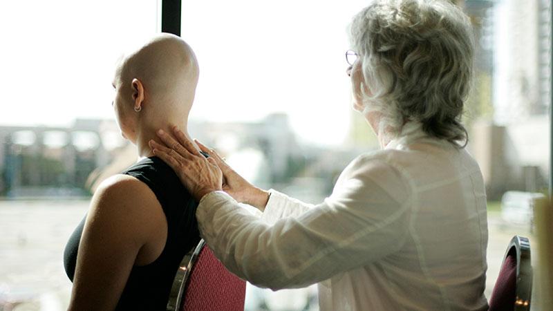 masaje-en-enfermos-de-cancer|hombre-recibiendo-masaje