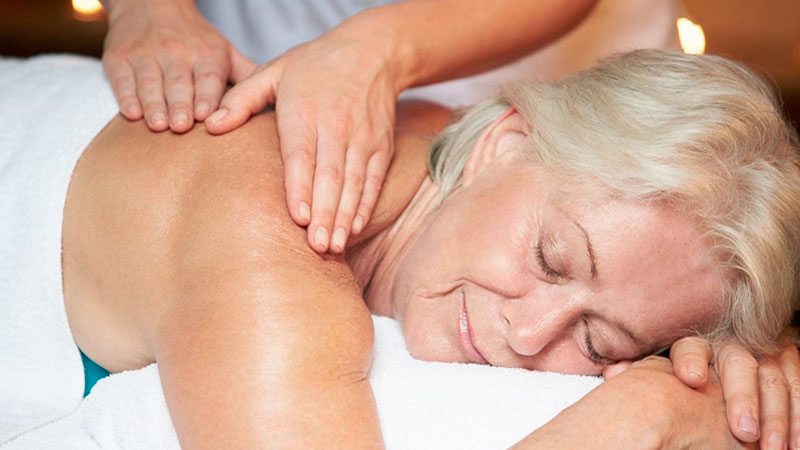 Masaje a una mujer con menopausia