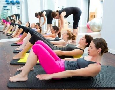 monitora-de-pilates-en-clase|clase-de-pilates-suelo|ejercicio-de-pilates-suelo