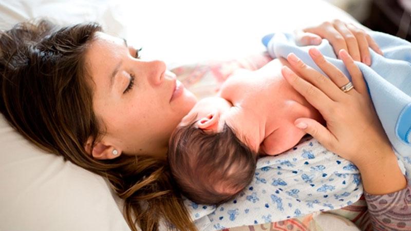 mujer-con-bebe-postparto|osteopatia-dolor-despues-del-parto