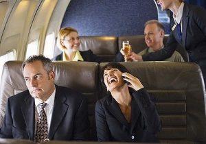 mujer hablando por telefono en avion