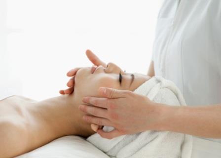 mujer recibiendo masaje facial y tratamiento de belleza