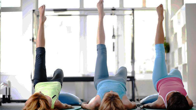 Mujeres haciendo Pilates con diástasis abdominal