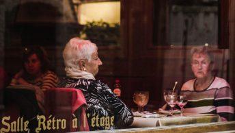 mujeres-mayores-restaurante-min