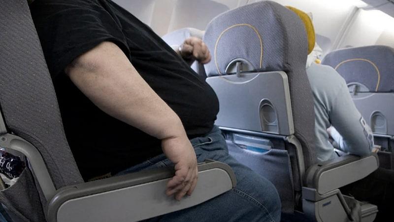 obesidad-avion-min|Pasajeros con sobrepeso - viajar en avion|Politicas de las aerolineas para los pasajeros con sobrepeso