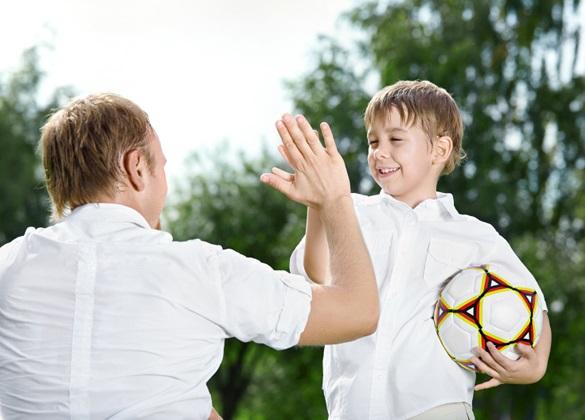 padre e hijo estimulacion deporte|familia en bicicleta padres hijos|madre e hijo en piscina|niños jugando a futbol|ninos jugando a futbol