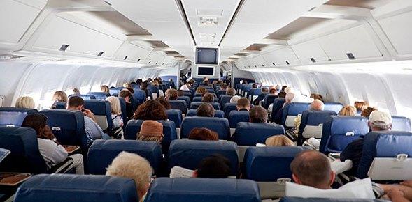 pasajeros en avion|pasajeros en terminal de aeropuerto