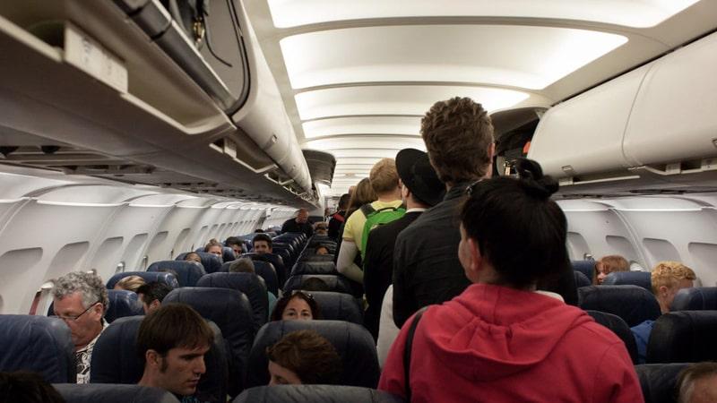 Pasajeros entrando en un avión