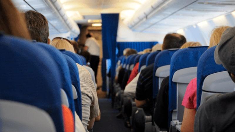Vista de pasajeros en el pasillo del avión