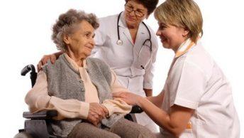 personal sanitario tercera edad|hombre anciano