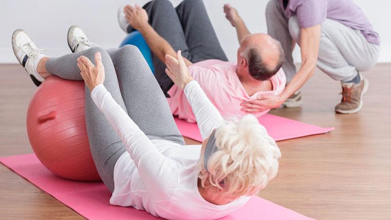 pilates-para-personas-mayores-con-fitball pilates-para-personas-mayores