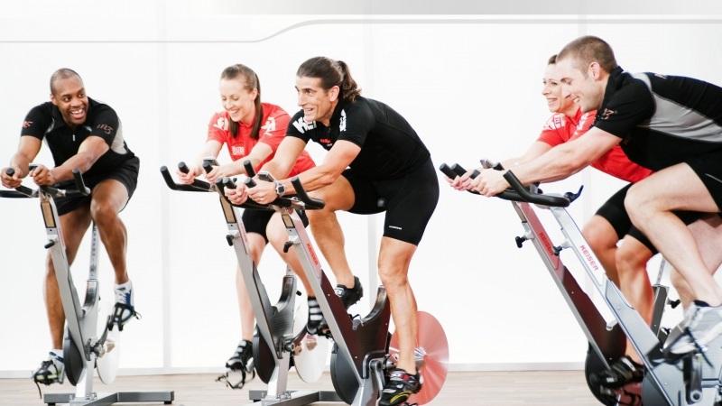 posición del cuerpo al pedalear en ciclo indoor