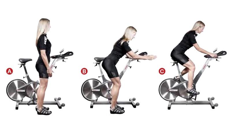 posición del cuerpo al pedalear sentado en ciclo indoor