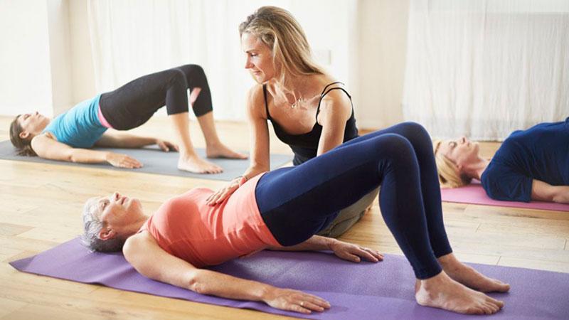 Mujer con diástasis abdominal haciendo Pilates