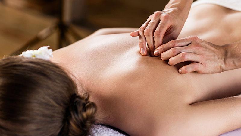 Profesional haciendo un masaje de espalda