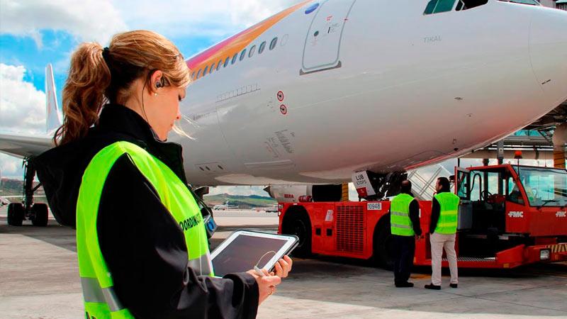 Técnico de Operaciones aeroportuarias bajo un avión