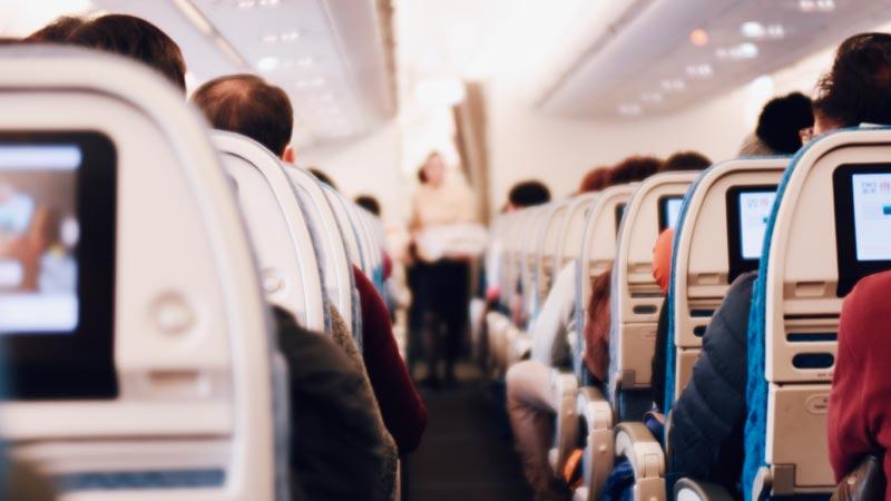 Auxiliar de vuelo en un avión
