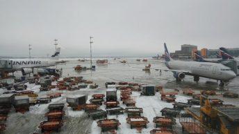 Carros de carga en el aeropuerto Domodedovo de Moscú